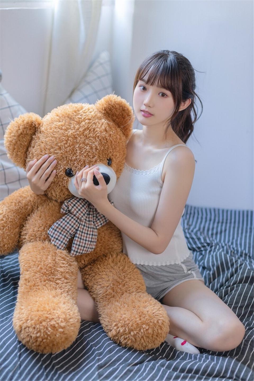 高马尾小姐姐超短裤大长腿图片