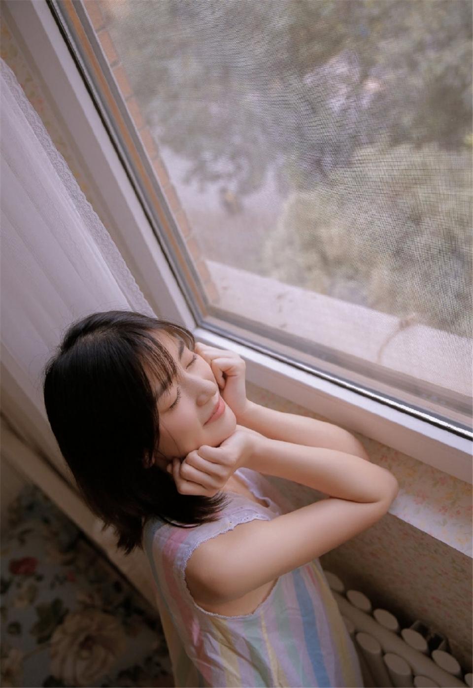 床上小女人乖巧可爱图片