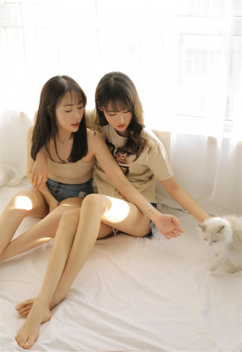 大长腿美女姐妹花床上慵懒美图