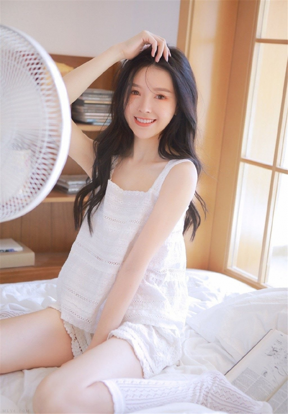 床上美女白丝美腿室内个人写真